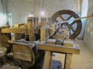 Máquina de mazos utilizada para la fabricación de pasta de papel en la época preindustrial y en los primeros tiempos de la industrialización. Museo del papel de Fabriano (Italia).