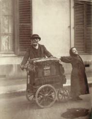 Organillo y niña cantando. París 1898.