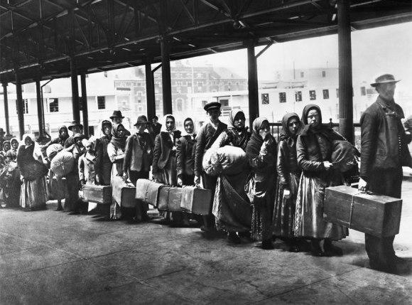 Migrantes haciendo cola en la isla de Ellis para pasar los correspondientes exámenes médico y administrativo (1892).