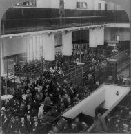Sala de espera en Ellis Island. Cada día pasaban por la isla una 4.ooo personas, de las cuales la mitad permanecían esperando su turno hasta el día siguiente. 1904. Library of Congress.