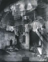 Patio de una casa de vecindad. Lower East Side. Jacob Riis, 1890.