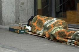 Mendigo durmiendo en las calles de Madrid