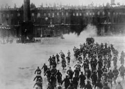 Asalto al Palacio de invierno (1917).