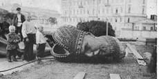 La estatua del zar derribada por la multitud.