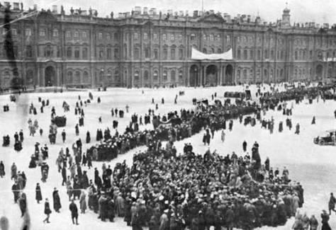 Manifestación popular tras la toma del Palacio de Invierno en San Petersburgo (1917).