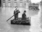 Cruzando las calles en una barca improvisada. / G. Leyris / BHVP.