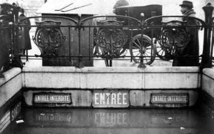 Estación de metro de Caumartin. / Albert Harlingue y Roger Viollet. / BHVP.