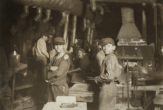 child-laborers-in-glassworks-indiana-1908