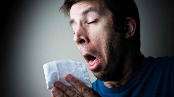 hombre-estornudando