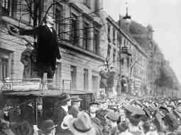 Karl Liebknecht se dirige a la multitud (1918).
