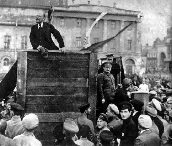 lenin-dirigic3a9ndose-al-ejc3a9rcito-rojo-en-moscc3ba-el-5-de-mayo-de-1920-a-la-derecha-de-la-foto-leon-trotski