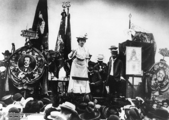 Rosa Luxemburgo en un mitin (1918).