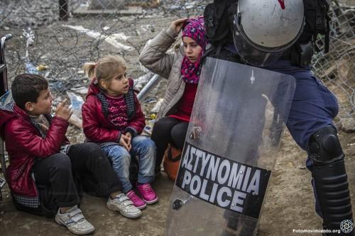 nic3b1os-refugiados-custodiados-por-un-policc3ada-griego-en-la-frontera-con-macedonia