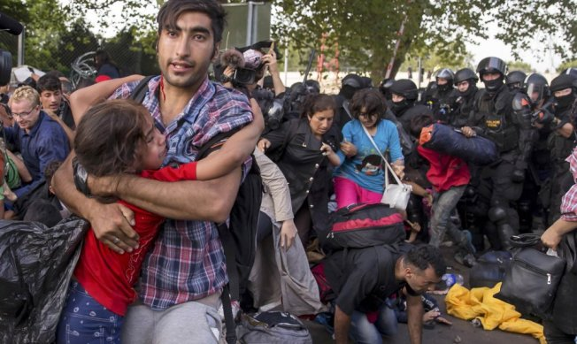 refugiados-sirios-fuerzas-antidisturbios-hc3bangaras