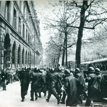 La policía trata de entrar en la Sorbona para desalojarla. / Henri Bureau-Gamma.