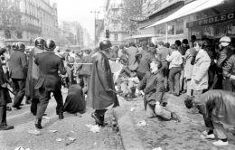Antidisturbios de los CRS disuelven a los estudiantes en el Barrio Latino (rue Saint-Jacques) el 6 de mayo. / AFP/Archives.