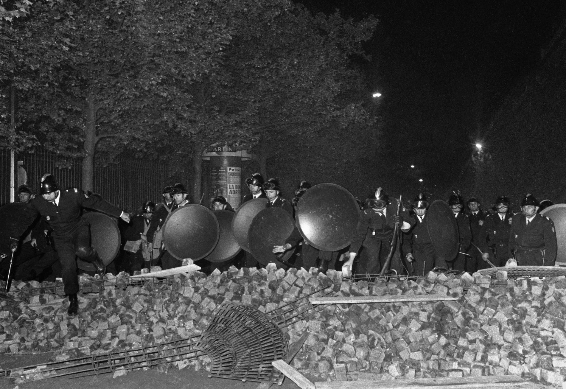 Antidisturbios de las CRS tratan de saltar una barricada