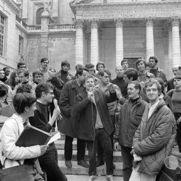 Cohn-Bendit se dirige a los estudiantes que han ocupado la Sorbona el 3 de mayo. / UPI-AFP.