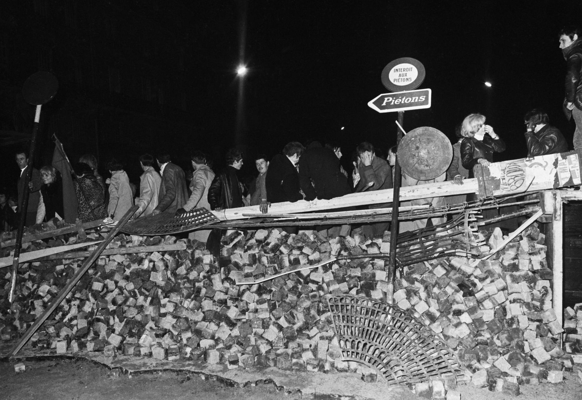 Estudiantes sobre una barricada levantada en el bulevar Saint-Michel