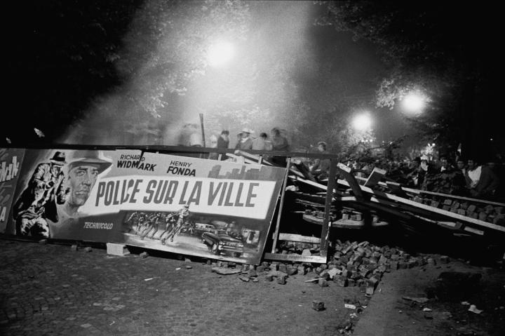 Estudiantes vigilan una barricada