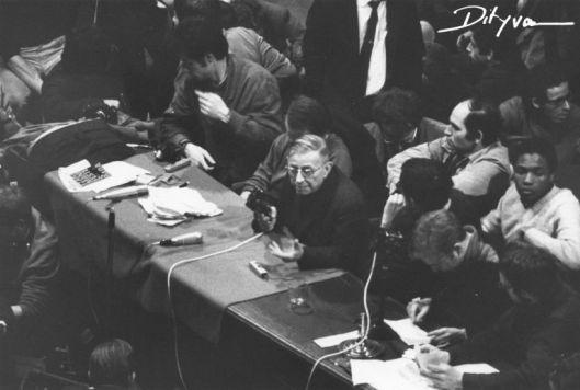 Jean-Paul Sartre durante una asamblea en el Ódeon