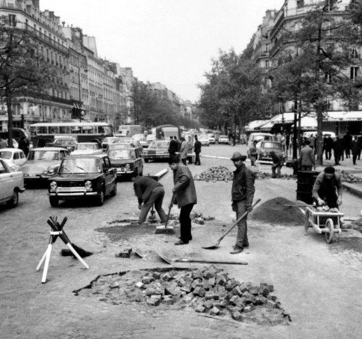 Obreros reparando el pavimento del boulevard Saint-Germain la mañana del 7 de mayo
