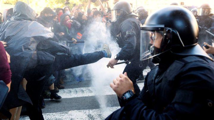 Mossos cargan contra concentrados de CDR al intentar alcanzar los de Jusapol