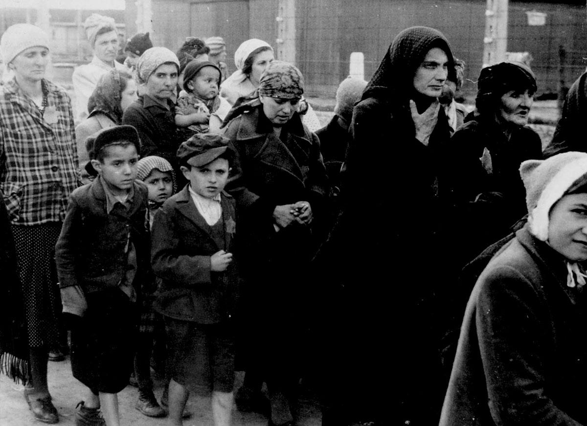 Prisioneros del campo de concentración de Auschwitz son conducidos a la cámara de gas (verano de 1944).