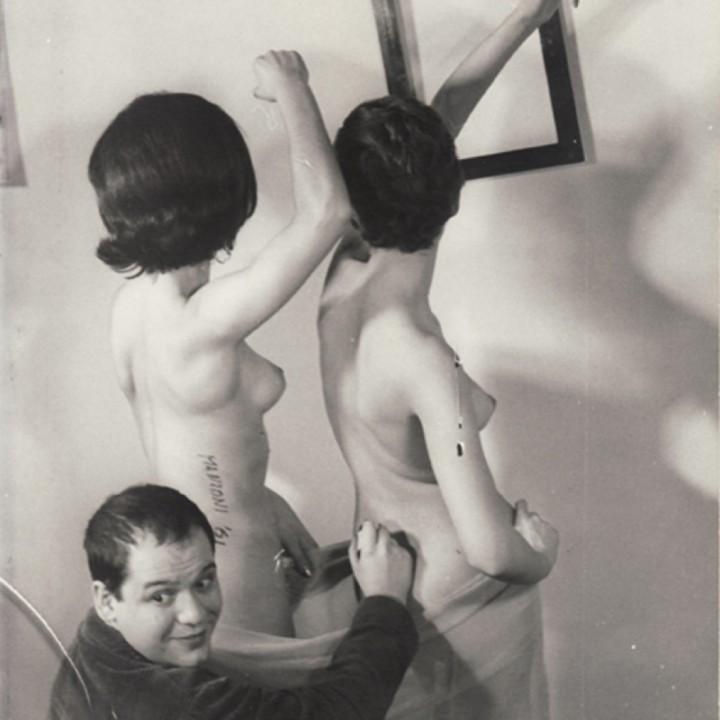 Piero-Manzoni_Sculture-Vivente-1961_Giuseppe-Belloni-1024x1024